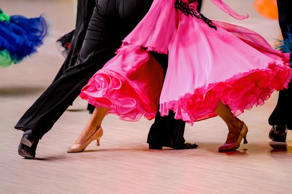 社交ダンスの基本「ワルツ」の特徴と基本の動きについて紹介